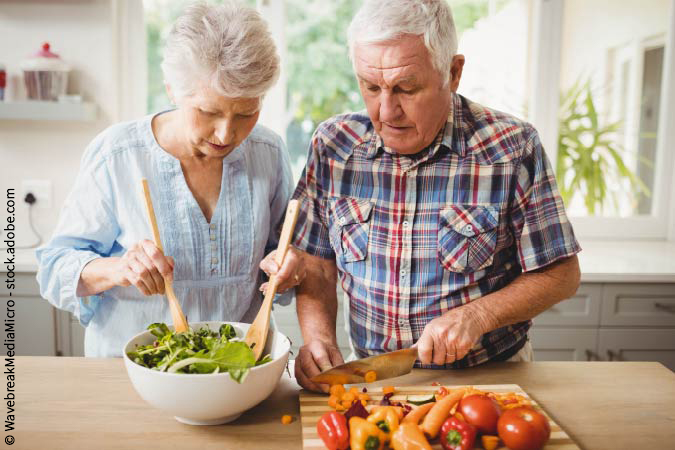 Älteres Paar kocht